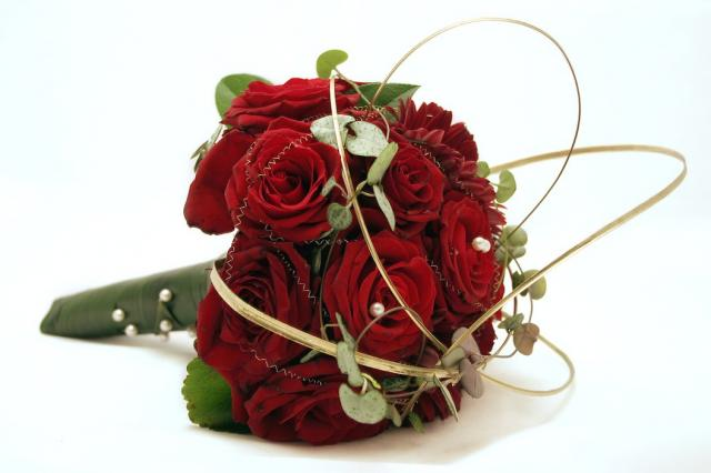 https://i1.wp.com/flowerpicturegallery.com/d/4201-2/elegant+red+roses+wedding+bouquet.jpg