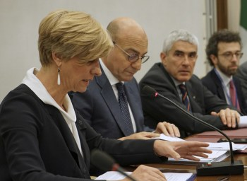 La Ministra Pinotti legge il suo intervento nell'audizione