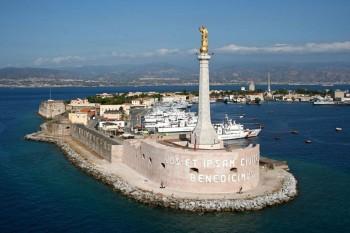 L'ingresso nel porto di Messina, dove ha sede l'Arsenale Militare
