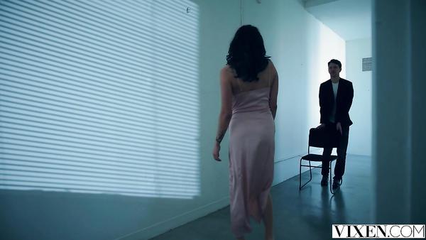 Koridorda karşılaştığı adamın cazibesine kapılıyor