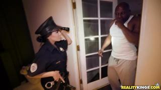 Lela Star polis kılığında siktirecek birini arıyor