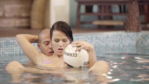Sevgilsini havuzda düzüyor