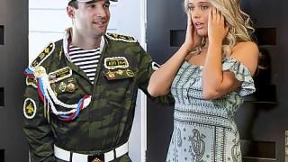Askerden gelen sevgilisi ile sikişen sarışın