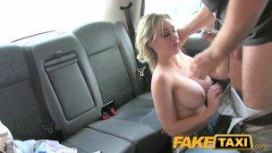 Taksicinin aletini memelerine sürttü