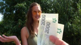 Para kızın amcığını açıyor