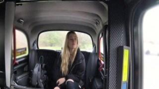 Kadın amcığını gösterip taksiciyi tahrik etti