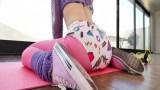 Yogacı genç kızın amına bile koyuyor