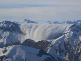 ...und bildet bizarre Wolken-Wasserfälle...