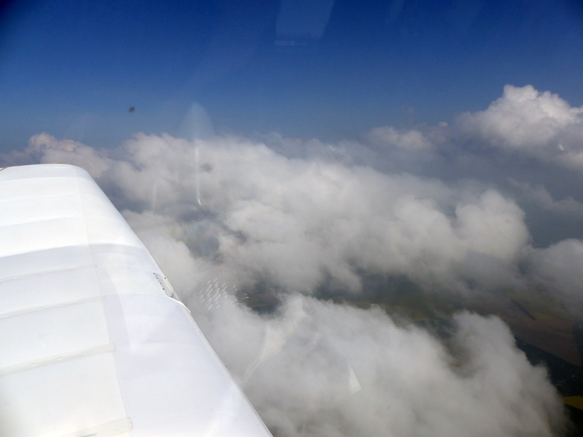 Remorqueur über Döbeln über den Wolken