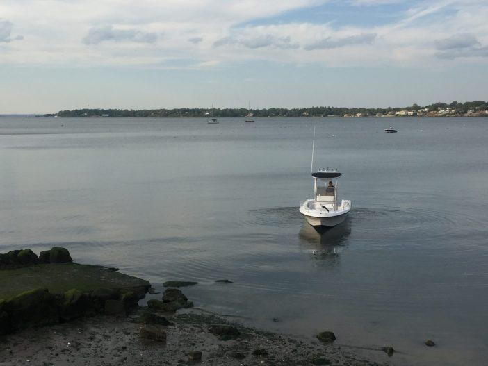 一艘刚刚下水的小船