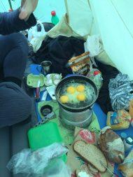 Dieser Morgen ist sehr nass und wir frühstücken ausnahmsweise im Zelt. (Achtung, gefährlich!)