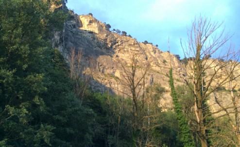 Und so hinter uns, über uns: Sonnige Felsen.