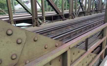 Eisenbahn und FußgängerInnen teilen sich diese Brücke.