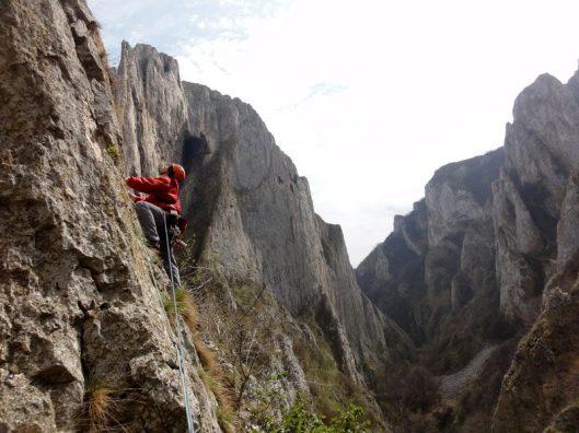 Traseul Grota Sansil, alpinist in cheile turzii