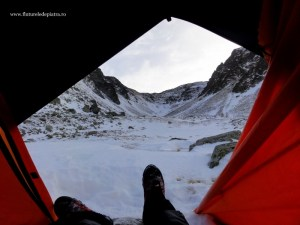 la cort in valea sambetei iarna