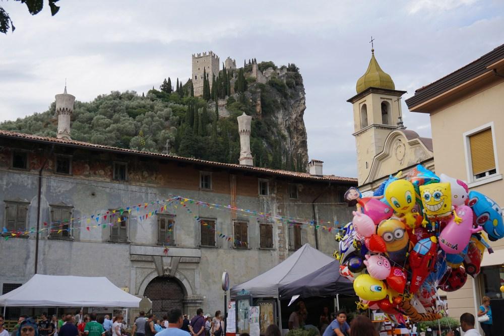Castelul medieval din Arco, pe un varf stancos