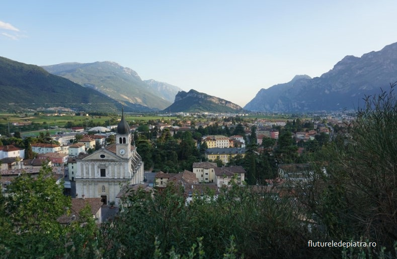 Panoramă peste orașul Arco și Lacul Garda, Italia