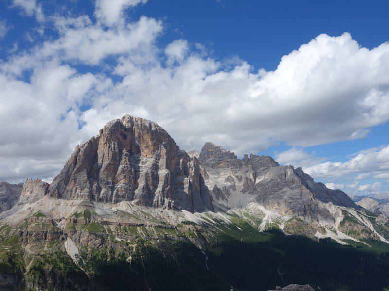 Grupul Tofanelor sub nori pufosi, Alpii Dolomiti, munte