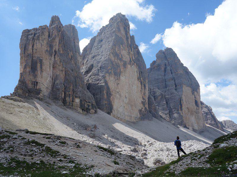 alpinist visând la fețele nordice din tre cime di lavaredo