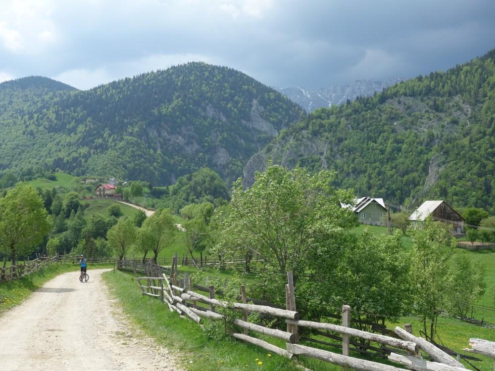 tură de bicicletă în satul Măgura, primăvara