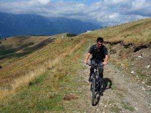 pe drumul forestier care pornește din dreptul pârtiei Sorica, bicicleta valea prahovei