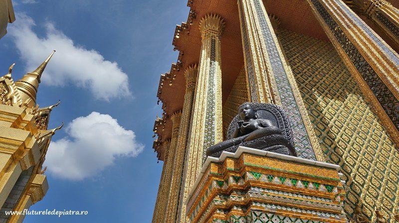 Un budha strălucitor veghind mulțimea de turiști din Palatul Imperial, bangkok