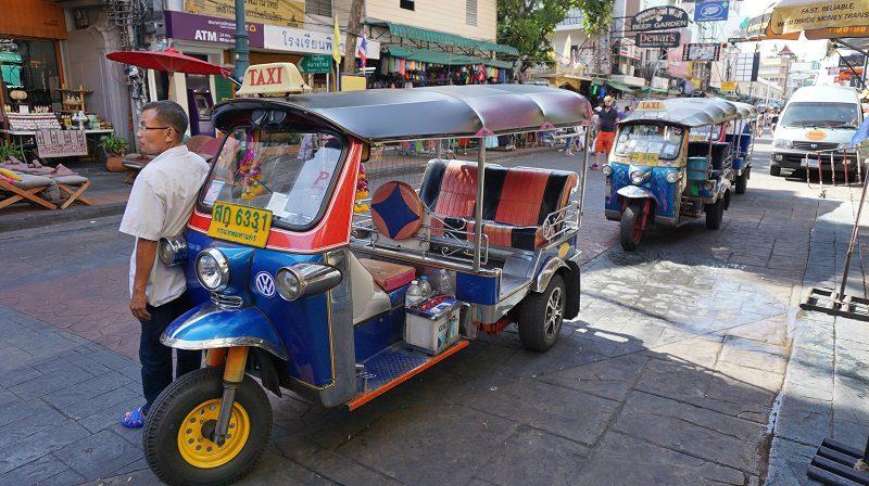 tuk tuk așteptând clienți pe strada Khaosan - Bangkok Thailanda