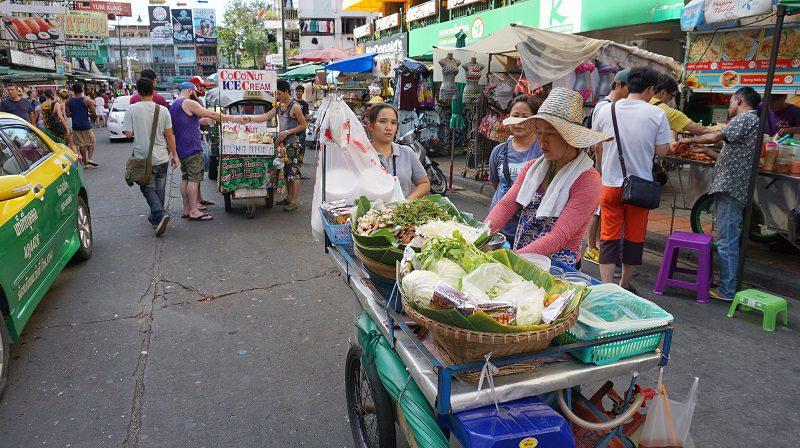 tarabe cu mâncare pe strada, zona Khaosan din Bangkok