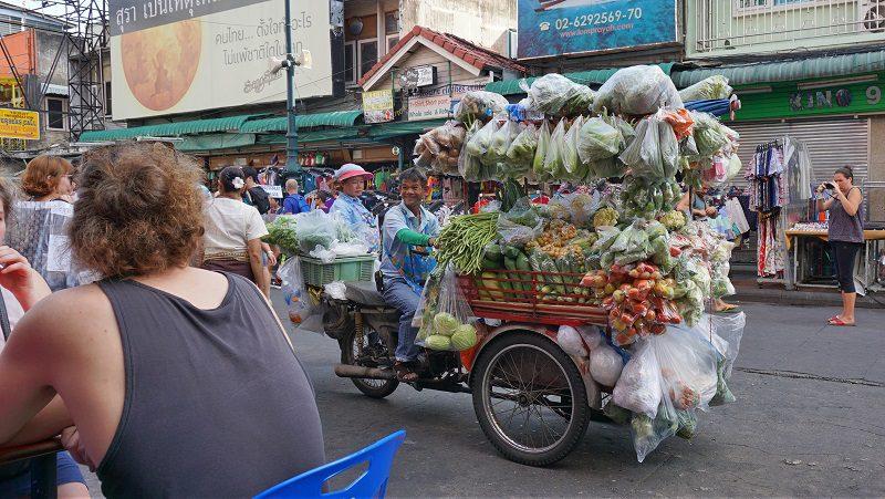 tarabă mobilă cu verdețuri și legume pe strada Khaosan, Bangkok