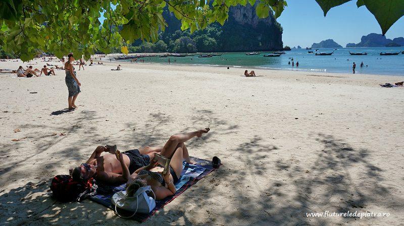 relaxare la soare pe plaja railey, krabi, thailanda
