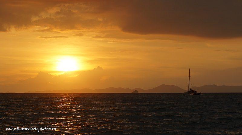 apus de soare peste Marea Adaman, văzut din Railay, Thailanda