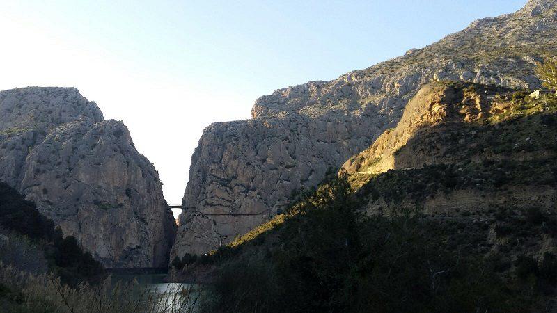 Canionul în care se află Caminito del Rey și peretele nostru, în stânga