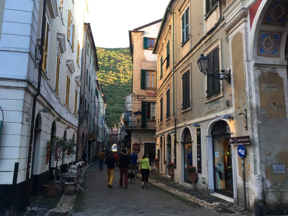 prin centrul istoric Finalborgo, Italia
