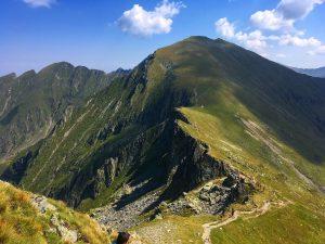 vedere spre creasta Munților Făgăraș, dinspre Vârful Moldoveanu, cel mai scurt traseu