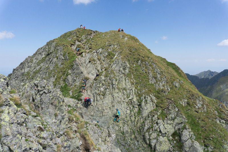 Hilary Step al Vârfului Moldoveanu, zona stâncoasă dinainte de vârf, zona expusă Munții Făgăraș