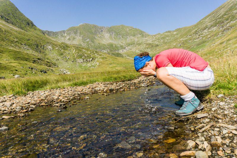 apă rece de izvor, spre Vârful Molodveanu, sursa de apa