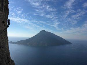 siluetă cățărându-se cu insula Telendos pe fundal, Kalymnos
