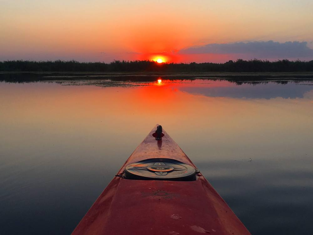 Liniștea de la apus, culori pastel peste Delta Dunării cu caiacul / kayaking