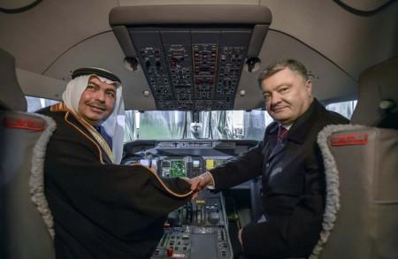 El presidente de Ucrania, Petro Poroshenko, y el príncipe saudí Turki Saud Mohammed Al Saud en el cockpit del AN-32D.