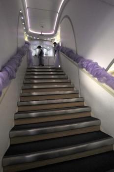Escalera frontal del A380. Su ancho permite subir o bajar al mismo tiempo a dos personas.