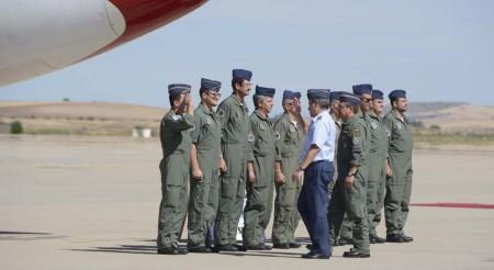 El general García Arnáiz saluda a la tripulación del vuelo de despedida del Boeing 707 del Ejército del Aire español.
