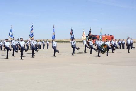 La ceremonia de despedida ha sido eminentemente castrense, con revista de tropas, homenaje a los caídos por España y desfile aero-terrestre.