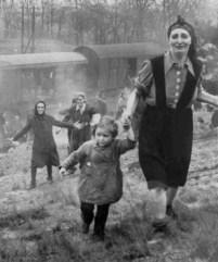 Refugiados judíos se aproximan a los soldados aliados y se dan cuenta de que acaban de ser liberados, abril de 1945.