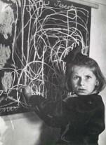 """Tereska, una niña en una residencia para niños trastornados, creció en un campo de concentración. En la pizarra dibuja """"el hogar"""", Polonia, 1948."""