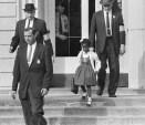Ruby Bridges, la primera afroamericana que asistió a una escuela primaria de blancos en el Sur de EE.UU., 4 de noviembre de 1960.