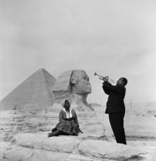 Louis Armstrong toca para su esposa delante de la Esfinge, junto a las pirámides en Guiza, 1961.