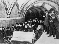 Los primeros viajeros del metro de Nueva York, 1904.