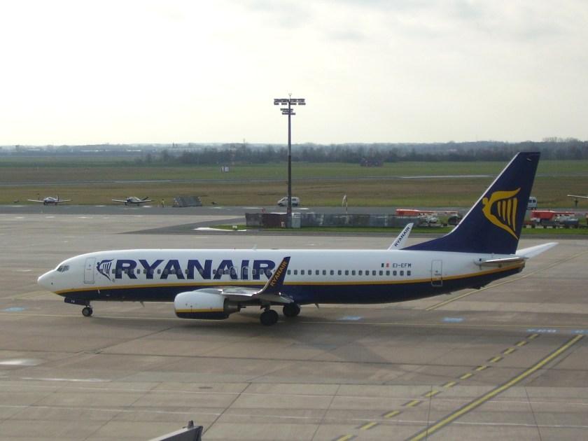 Boeing_737-800_Ryanair_EI-EFM
