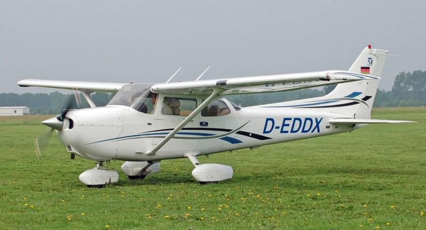 Cessna_172_Skyhawk_(D-EDDX)_02