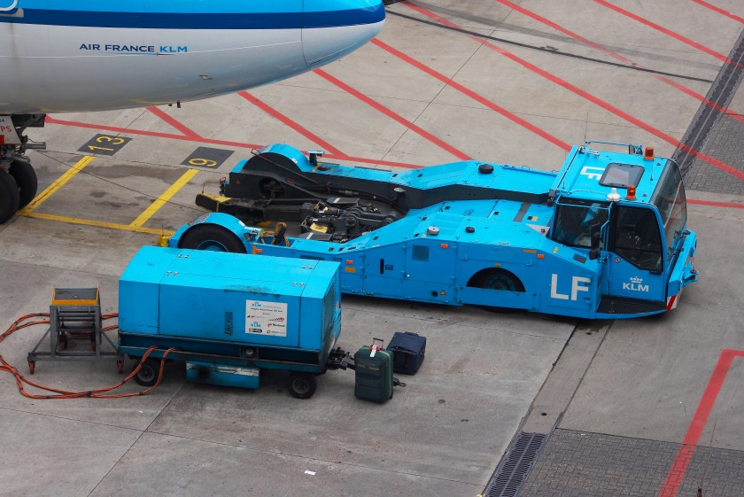 KLM_Pushback_tractor_and_ground_power_unit